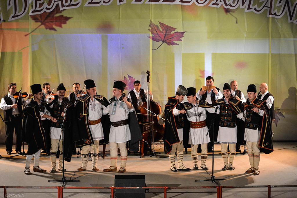 """Grupul vocal barbatesc """" Burnasul"""" a sustinut joi 1 Decembrie un recital de exceptie pe scena Festivalului National de Folclor """" Ioan Macrea"""" din Sibiu."""